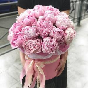 Коробка 29 розовых пионов с оформлением R776