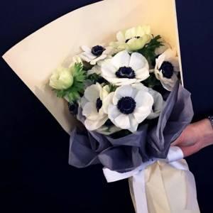 Букет 9 белых анемонов в упаковке R1001