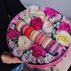 Средняя коробка с цветами и макаронсами R1082