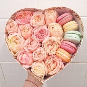 Пионовидные розы и макаруни в коробке сердце R1086