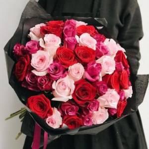Букет 49 разноцветных роз в черном крафте R400