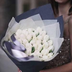 Букет 39 белых тюльпанов в упаковке R651